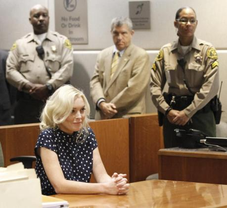 La actriz Lindsay Lohan atiende en el tribunal durante la celebración de una vista sobre la reciente violación de su libertad condicional.