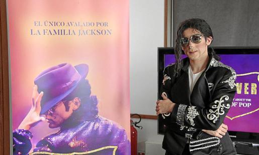 El bailarín Alex Blanco es quien da vida a Michael Jackson.