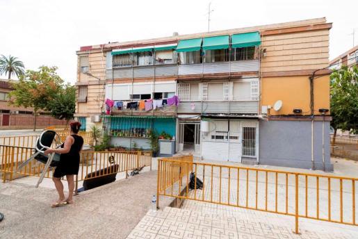 Los hechos tuvieron lugar sobre las 17.50 horas de este martes, cuando una dotación de Policía Local de Murcia fue requerida en la avenida Primero de Mayo por una persona que indicaba que acababan de quemar a su mujer y se encontraba ardiendo.