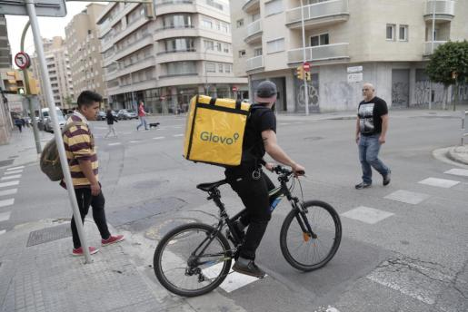 Imagen de un repartidor de Glovo en Palma.