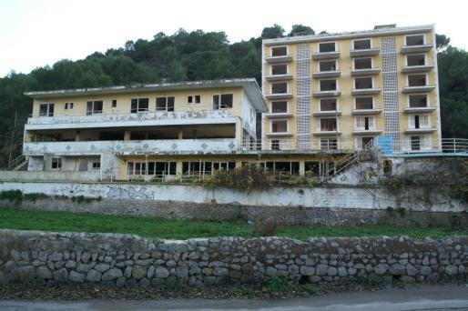 Vista del hotel Rocamar en el Port de Sóller, antes de su demolición.
