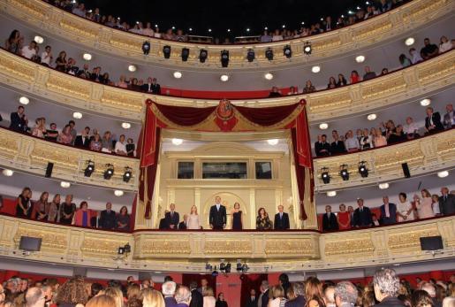 Los Reyes junto a la presidenta del Congreso de los Diputados, Ana Pastor (2i), la vicepresidenta del Ejecutivo, Carmen Calvo (2d), el ministro de Cultura, José Guirao (i) y el presidente del Patronato del Teatro Real, Gregorio Marañón, durante la inauguración de la temporada del Teatro Real.