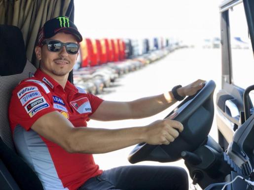 Jorge Lorenzo posa al volante de un camión en un acto promocional de MAN.