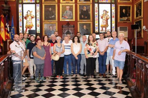 Imagen de grupo del escrutinio público que se ha realizado en la sala de plenos y de la autora de la propuesta ganadores, Magdalena Fornés
