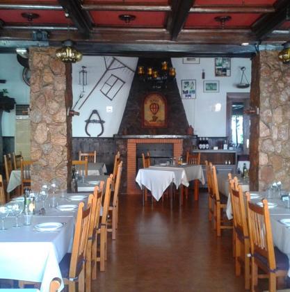 El mesón Son Caliu cuenta con extensa carta de cocina mediterránea y mallorquina con asados al horno de leña, arroces y paellas.