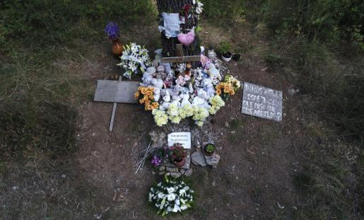 El altar improvisado donde hace cinco años apareció el cadáver de la niña Asunta Basterra, continúa con flores en una cuneta del municipio de Teo, próximo a Santiago de Compostela.