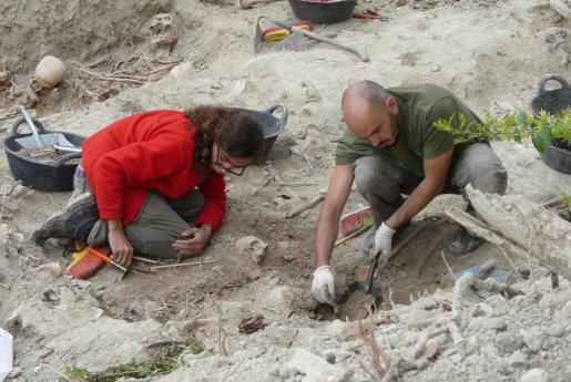 Imagen de las tareas de exhumación en la fosa de Montuïri.