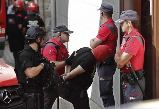 Los tres presuntos autores del triple crimen cometido el pasado martes en la localidad de Cáseda, un hombre de 53 años y sus hijos de 22 y 18, han sido trasladados el juzgado de Aoiz, en medio de una gran expectación mediática y un fuerte dispositivo policial.
