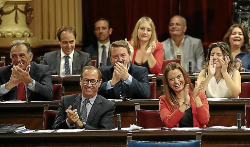 La imagen corresponde a la segunda jornada del debate de política general, el pasado miércoles. Recoge el aplauso del grupo parlamentario a la réplica de Gabriel Company a la presidenta del Govern. Company dio la legislatura por «perdida» y Armengol le llamó «derrotista».