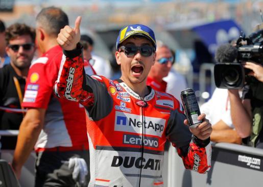 El piloto mallorquín Jorge Lorenzo (Ducati) celebra su 'pole' en Motorland Aragón.