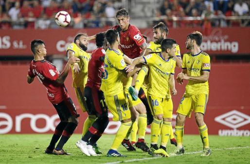Campos, Lago Junior y Raíllo pugnan con la defensa del Cádiz durante el último partido de Liga disputado en Son Moix.