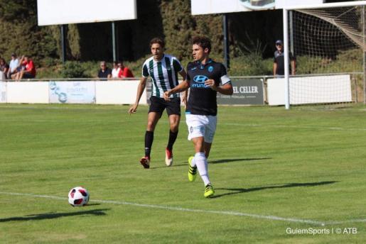 Fullana controla el balón ante la presión de un rival en la visita del Atlético Baleares a Peralada.