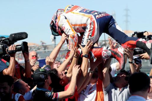 El piloto español del equipo Repsol Honda Marc Márquez celebra con los miembros de su equipo la victoria en el Gran Premio de Aragón de MotoGP.