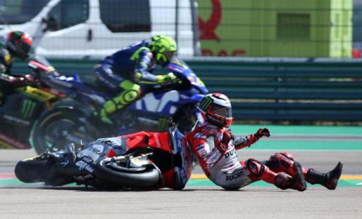 Jorge Lorenzo, en el momento de ser golpeado por su moto tras la caída sufrida en Motorland.
