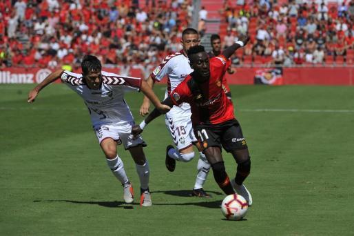 Lago Junior intenta superar a un jugador del Albacete durante el partido.