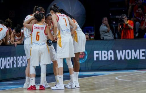 Las jugadoras de la selección española conversan antes de iniciar una jugada.