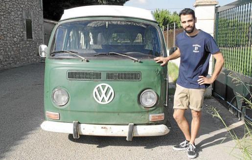 Juanjo Torres compró en Zaragoza hace año y medio esta furgoneta Volkswagen modelo T-2 de 1972