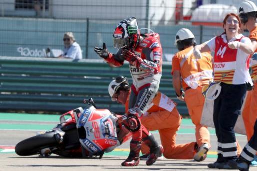 Jorge Lorenzo (Ducati) lamenta su caída en el Gran Premio de Aragón de MotoGP.