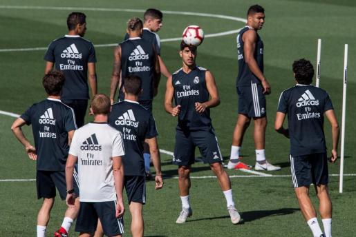El centrocampista del Real Madrid, Marco Asensio (c), durante el entrenamiento del equipo blanco este martes en la Ciudad deportiva en Valdebebas, entrenamiento que no ha podido completar Isco Alarcón.