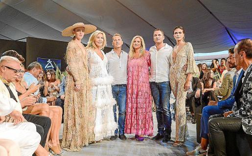 Norma Duval, José Marí, Marta Díaz y Alberto Serra, junto a dos modelos que desfilaron con diseños de Eivissa.