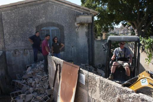 Una pequeña excavadora inicio este martes los trabajos de derribo del viejo horno crematorio del cementerio de na Campana.