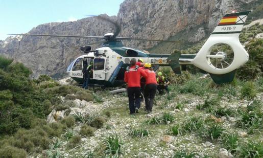 Imagen de archivo del helicóptero de la Guardia Civil interviniendo en un rescate.