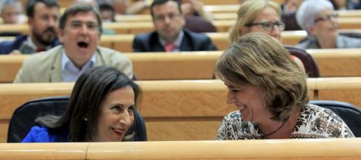 La ministra de Justicia, Dolores Delgado conversa con la ministra de Defensa, Margarita Robles.