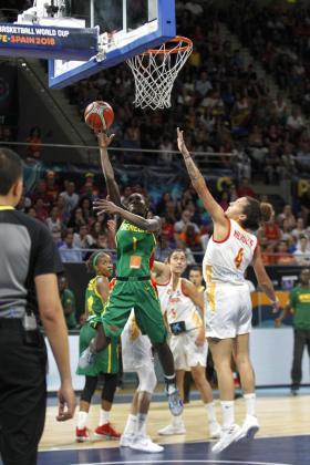 La jugadora de la selección de Senegal Ndeye Dieng entra a canasta ante Laura Nicholls.