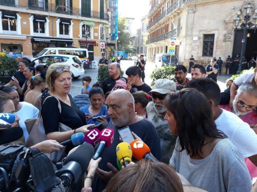 Uno de los portavoces de los habitantes de Son Banya, ante los medios.