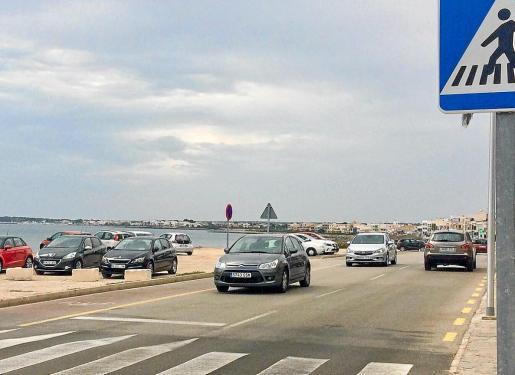 Miles de vehículos circulan por la carretera durante el verano.