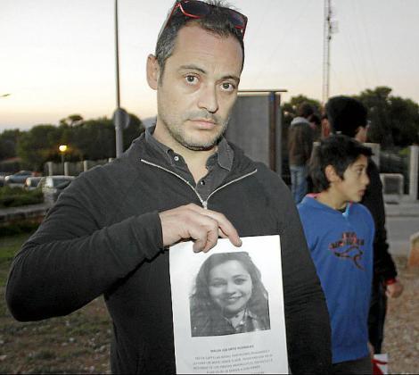 Imagen de archivo del padre de la joven desaparecida con una foto suya en 2013.