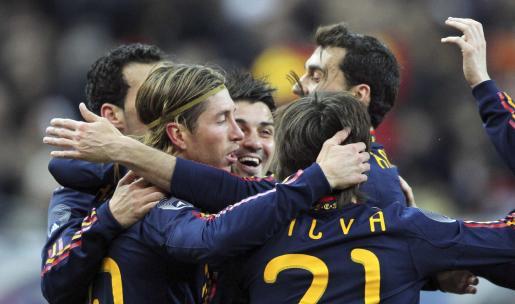 El jugador de la selección española de fútbol Sergio Ramos celebra con sus compañeros tras anotarle un gol a Francia.
