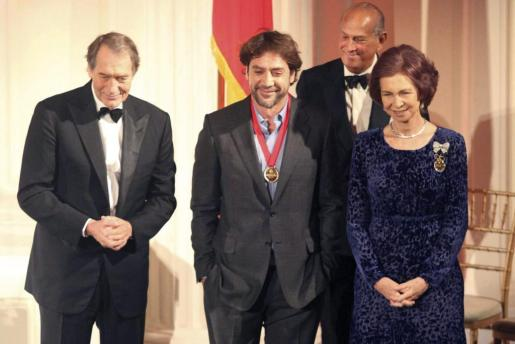 La Reina Sofía junto al presentador estadounidense Charlie Rose (i), el actor Javier Bardem (c) y el diseñador dominicano Oscar de la Renta (d), durante la gala celebrada anoche en esta ciudad.