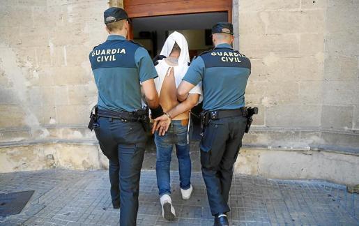 Alejandro Ortiz llegó al juzgado esposado y tapándose con una bata de Son Espases.