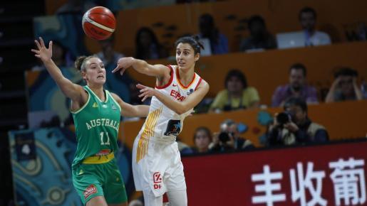 Alanna Smith defiende a la mallorquina Alba Torrens durante la semifinal.