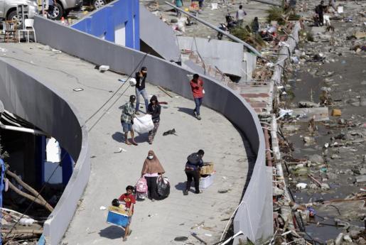 Imágenes de supervivientes al terremoto y tsunami en Indonesia.