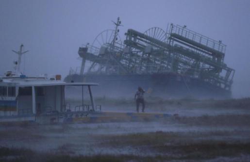 Casi un millar de vuelos han sido cancelados y miles de personas evacuadas por la llegada a Japón del tifón Trami.