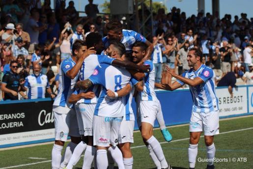 Los jugadores blanquiazueles, celebrando un gol este domingo en Son Malferit.