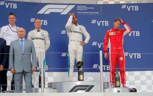 Lewis Hamilton en el podio celebrando su victoria.