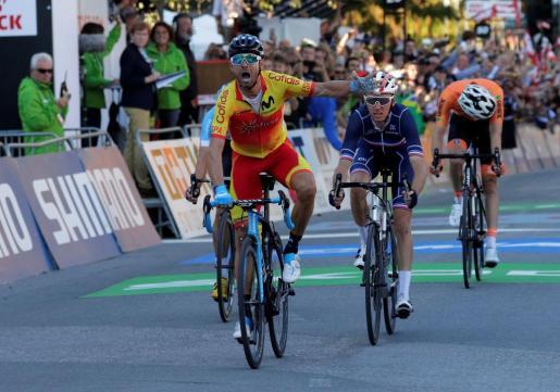 Alejandro Valverde celebra su victoria en la línea de meta de Innsbruck.