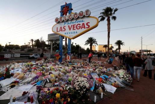 Flores y fotografías en recuerdo de las víctimas de la masacre en Las Vegas.