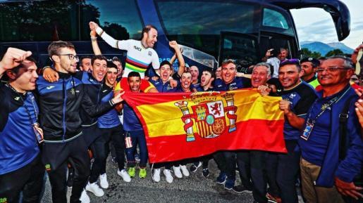 Enric Mas, en el centro de la imagen, celebra la victoria de Alejandro Valverde.