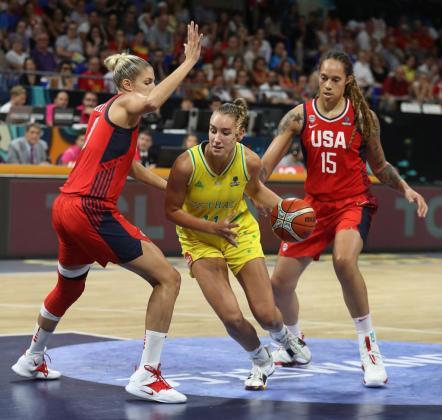 La jugadora de Australia, Alanna Smith (c), supera la defensa de las jugadoras estadounidenses, Elena Delle Donne (i) y Brittney Griner, durante la final de la Copa del Mundo de Baloncesto Femenino FIBA 2018 en el pabellón Santiago Martín Arena de Tenerife.