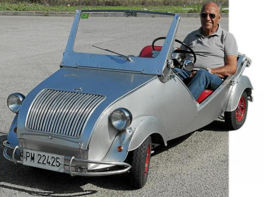 Juan Calvo recibió como regalo de jubilación de sus hijos este Biscuter de 1960 que tuvo que restaurar, pues era un 'montón de chatarra' cuando se lo entregaron