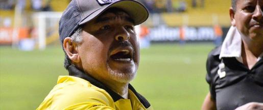 Diego Armando Maradona da instrucciones durante el último partido del Dorados de Sinaola mexicano.