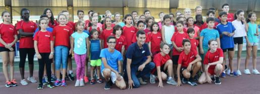 Mario Mola posa junto a los jóvenes atletas del club ADA Calvià en la pista de Magaluf.