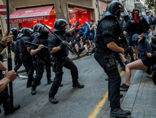 Dispositivos de los Mossos d'Esquadra cargan contra los manifestantes antifascistas-independentistas que contramanifestaban una concentración españolista-unionista en Barcelona.