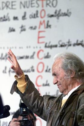 Fotografía del 8 de agosto de 2001 que muestra al poeta chileno Nicanor Parra, galardonado hoy, jueves 1 de diciembre de 2011, a los 97 años con el premio Cervantes, en una exposición personal en la sede de Telefónica en Santiago (Chile).