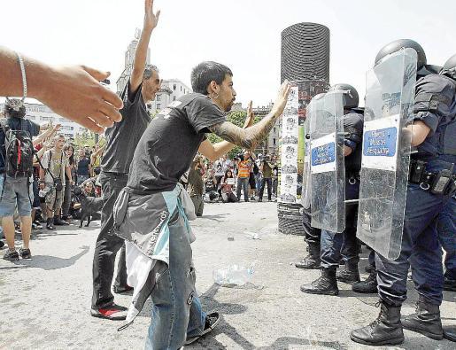 Varios jóvenes intentan impedir el desalojo de la plaza en pasado 27 de mayo.