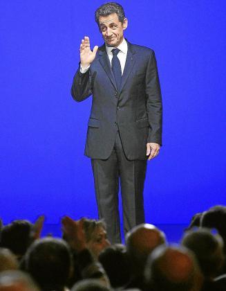 Sarkozy saluda a los asistentes al acto de Tolón.